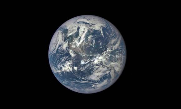 Pela primeira vez uma foto da terra totalmente iluminada pelo sol.